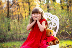 有玩具熊的热心小女孩 免版税库存图片