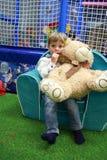 有玩具熊的男孩 库存照片