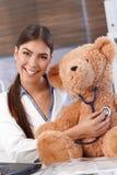 有玩具熊的笑的医生 库存图片