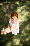 有玩具熊的红头发人女孩 免版税图库摄影