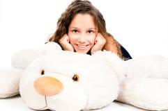 有玩具熊的美丽的小女孩 免版税库存照片