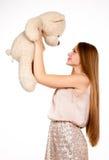 有玩具熊的美丽的白肤金发的女孩 免版税库存照片