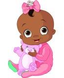 有玩具熊的逗人喜爱的女婴 免版税图库摄影