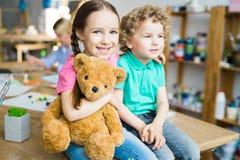 有玩具熊的逗人喜爱的小孩 库存图片
