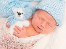有玩具熊的婴孩,特写镜头 图库摄影