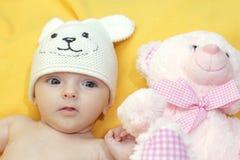 有玩具熊的Mishutka婴孩 图库摄影