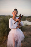 有玩具狗的美丽的女孩 免版税库存照片