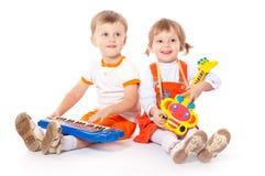 有玩具的子项在工作室 免版税库存照片