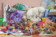有玩具的杂乱孩子空间 库存图片