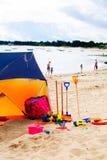 有玩具的海滩帐篷 库存照片