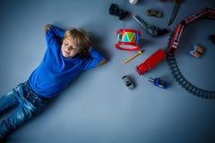 有玩具的男孩 免版税库存图片
