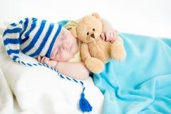 有玩具的睡觉的男婴 免版税库存图片
