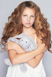有玩具的美丽的青少年的女孩 免版税库存图片