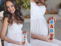 有玩具立方体的孕妇在手上 库存图片