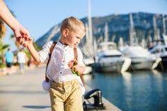 有玩具背包的逗人喜爱的白肤金发的男孩 图库摄影