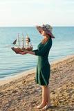有玩具船的妇女 库存图片