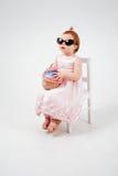 有玩具蛋糕的秀丽小女孩 免版税图库摄影