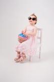 有玩具蛋糕的秀丽小女孩 免版税库存照片
