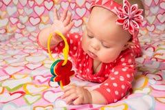 有玩具钥匙的女婴 图库摄影