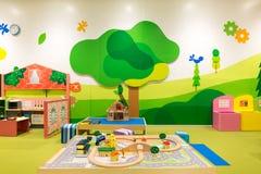 有玩具铁路、火车、桥梁、树和议院的操场 库存图片