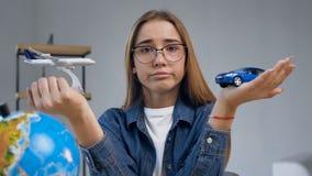 有玩具飞机和汽车的迷茫的年轻女人在手上 影视素材