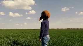 有玩具飞机的愉快的孩子在领域的日落 获得的孩子乐趣户外 儿童游戏在夏天 影视素材