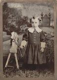 有玩具马的小女孩 免版税库存照片