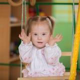 有玩捉迷藏的唐氏综合症的小女孩 免版税图库摄影