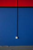 有玫瑰华饰的新的被绘的蓝色墙壁 免版税库存图片