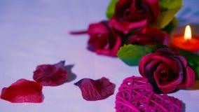 有玫瑰和蜡烛燃烧的愉快的华伦泰在浪漫 英尺长度 股票视频