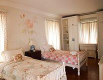 有玫瑰壁画装饰的双卧室 免版税库存图片