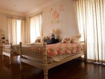 有玫瑰壁画装饰的双卧室 库存照片