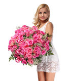 有玫瑰巨大的花束的白肤金发的女孩。美丽的少妇 免版税库存图片
