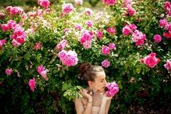 有玫瑰的夫人 免版税库存图片