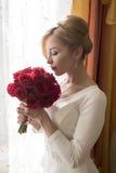 有玫瑰的新娘 免版税库存照片