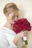 有玫瑰的新娘 免版税图库摄影