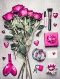 有玫瑰的桃红色女性辅助部件开花,构成,心脏 在杂乱妇女闺房、时尚博客作者或者现代约会的顶视图 免版税库存图片