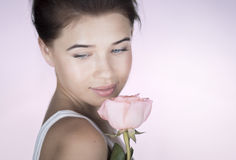 有玫瑰的浪漫女孩 图库摄影