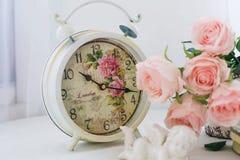 有玫瑰的白色闹钟 免版税库存图片