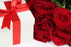 有玫瑰的礼物盒生日礼物、华伦泰的或者母亲的 图库摄影