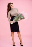 有玫瑰的美丽的时髦的妇女 免版税库存图片