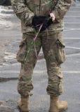 有玫瑰的美军士兵 库存图片