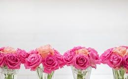 有玫瑰的花瓶 免版税库存图片