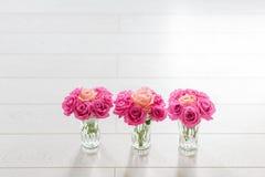 有玫瑰的花瓶 库存图片