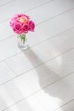 有玫瑰的花瓶 免版税图库摄影