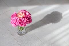 有玫瑰的花瓶 图库摄影