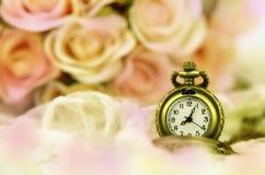 有玫瑰色花束的怀表在淡色口气背景 图库摄影