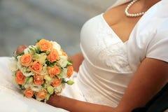 有玫瑰色花束的新娘 免版税库存图片