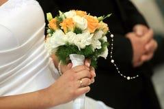 有玫瑰色花束的新娘 库存图片