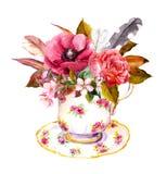 有玫瑰色花的茶杯,葡萄酒用羽毛装饰 下午茶时间的水彩 免版税图库摄影